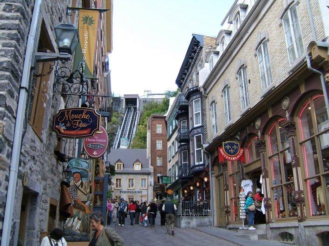 Le funiculaire descend dans la Ville Basse, la vieille ville de Québec